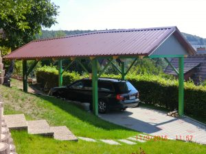 Freistehender Carport als Stahlkonstruktion mit Satteldach aus Trapezblech