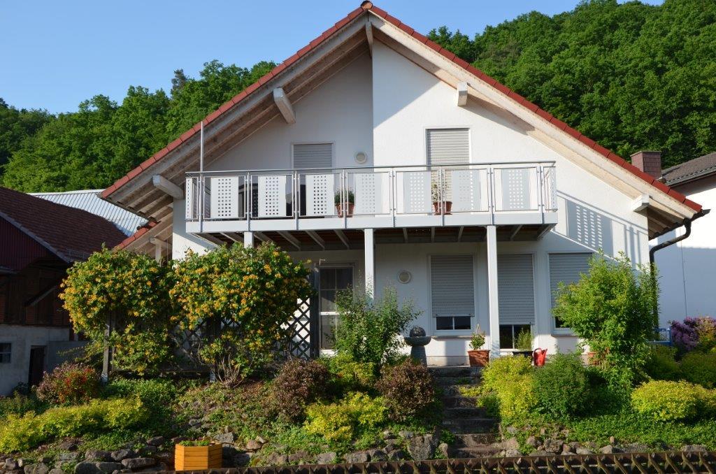 Fertige Anlage von Balkon als Stahlkonstruktion mit Balkongeländer aus Edelstahl
